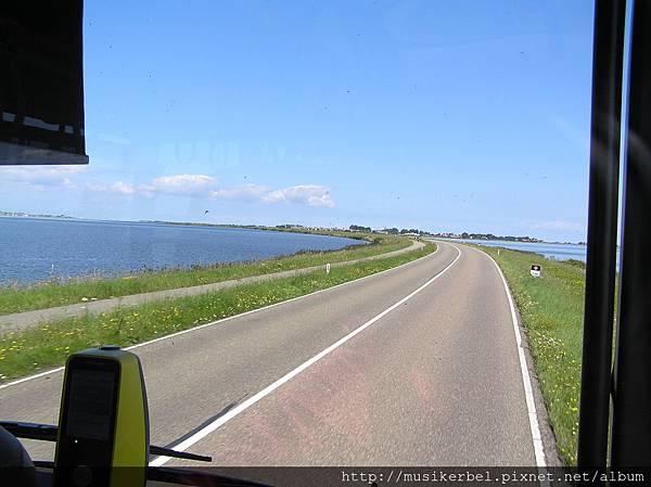 湖中間的公路