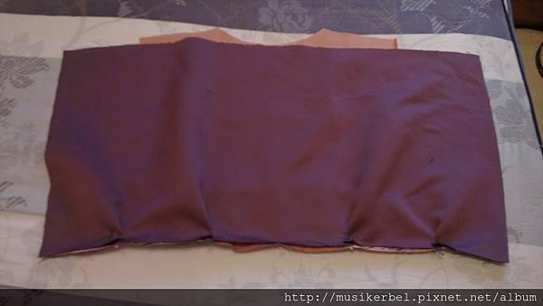 將裙子用珠針固定在上身片上
