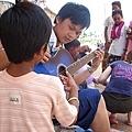 愛心孩子指導孩子吉他技巧