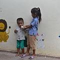 育幼院裡都是大小孩照顧小小孩.JPG