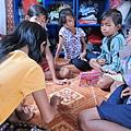 女孩在宿舍裡玩遊戲.JPG