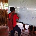 小男生用圖畫向柬埔寨孩子解釋字卡的意思.JPG