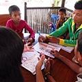 柬埔寨的孩子正要把柬文的羅馬拼音寫在字卡上.JPG