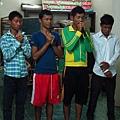 幾個大孩子帶領我們禱告.JPG