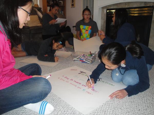 孩子們負責寫海報