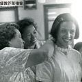 孫師母充滿慈愛地替女學生配戴頸飾