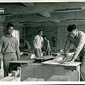 男孩學習木工技藝