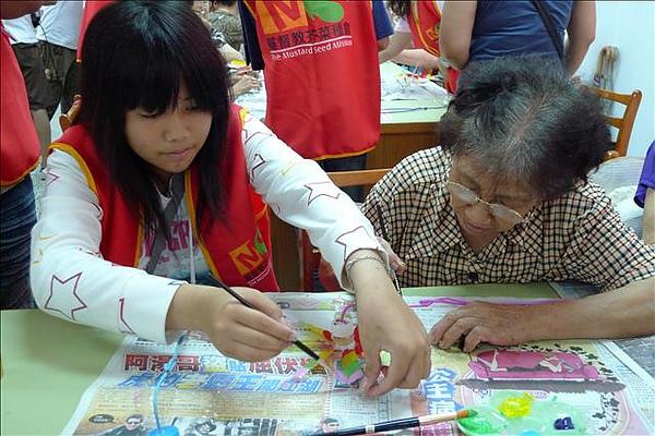 孩子握著阿嬤的手一起彩繪風車~很溫馨