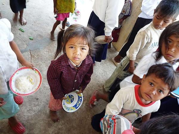 等待幫助的柬國貧童