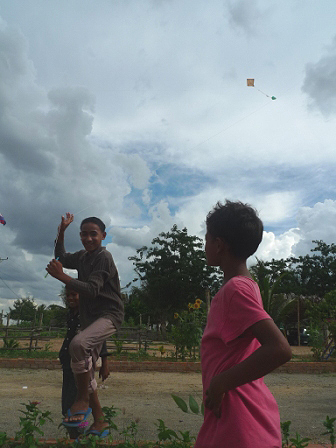 院童放風箏興奮的樣子