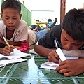 孩子們利用空閒時間閱讀及寫信