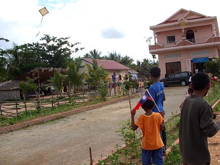 孩子自製的風箏飛得又高又遠