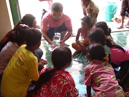少家孩子在表演魔術給院童看