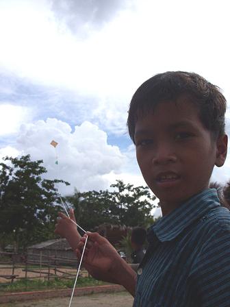 孩子開心的展示自製風箏試飛的成果