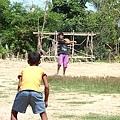 少家孩子與院童玩棒球
