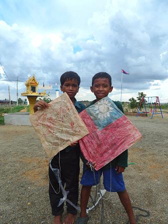 院童製作風箏時窩心的將國旗畫上去
