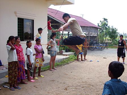 少家孩子與院童跳橡皮筋