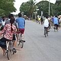 我們趁休息時間騎腳踏車前往附近的市集