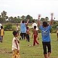 與院童在空地瘋足球