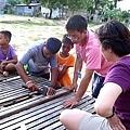 少家孩子主動表明想協助修理破損的飯桌
