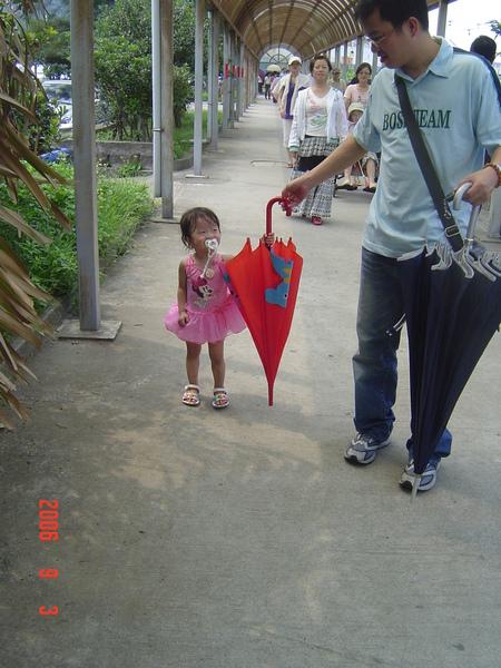 爸爸~ 拜託啦~~讓我拿啦~~