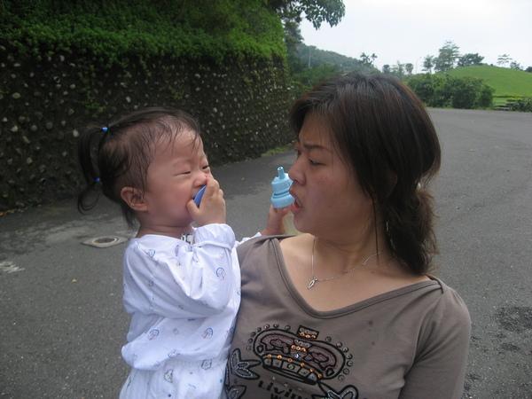 媽咪:『幹嘛咬奶嘴這麼用力呀~~』