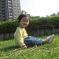 天氣真好~ 坐在草地上真是舒服呢!!