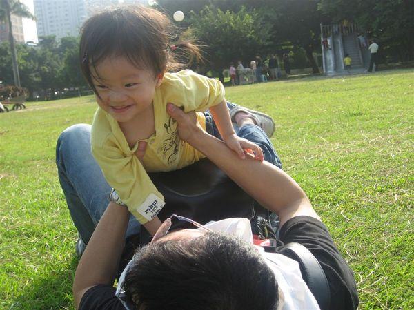 我最喜歡和爸爸玩了!!