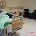 還好有保險,誏我可以住一個人的病房,才不會交替傳染