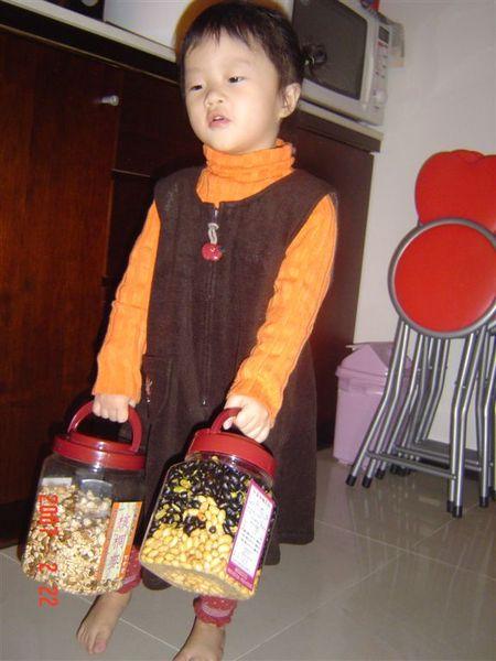 我拿著兩大桶的吃的,像不像要去送禮呀~~