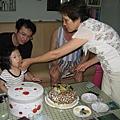 奶奶我吃吃看這個蛋糕好不好吃呀?
