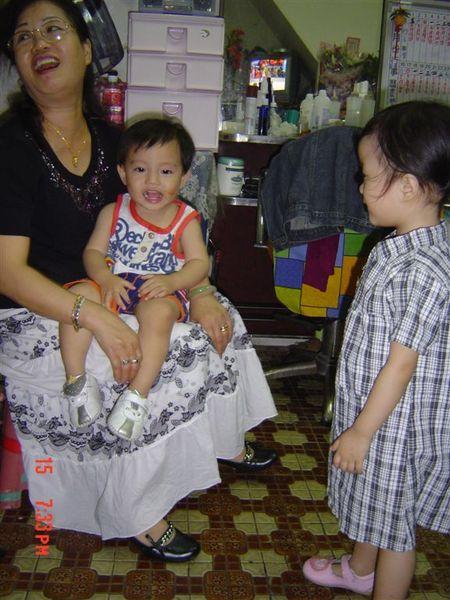 小胖:『阿姊~ 我很少來~只讓外婆抱一下嘛~~別生氣了啦~』