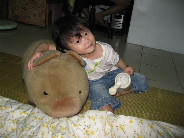 小豬~~ 我好喜歡你喔~~ 你會幫我保護我的玩具
