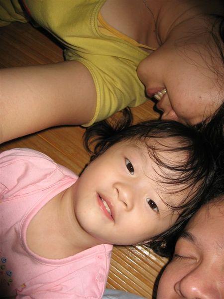 爸比、媽咪、和我的大頭照,怎麼只有我在看鏡頭呀~~