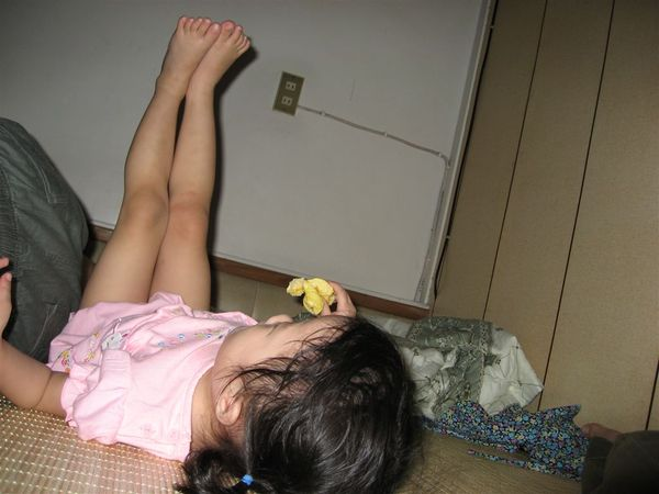 媽咪~~ 我們來抬腿吧~~才會有美美的腿喔~~