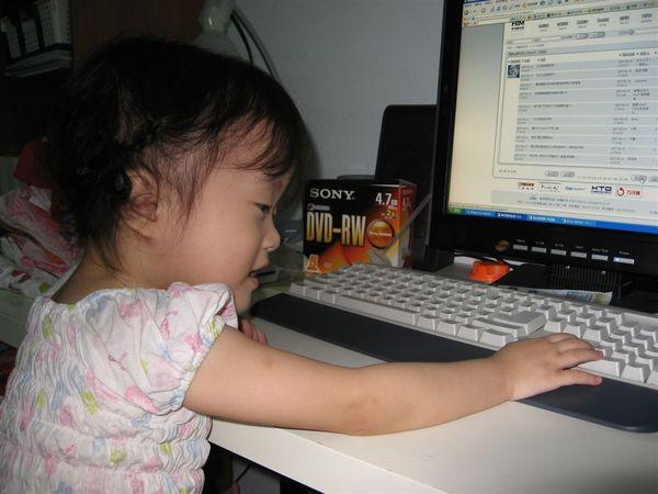 爸比、媽咪每天都在上網,我也好想要學會喔~~ 所以我動不動就跑來動一下鍵盤~