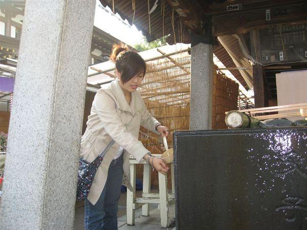 到了日本的寺廟,一定要洗個手
