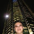 這大樓很高喔~ 本來想拍出這樣的感覺,沒想到確把老公很兇的大哥樣拍了出來~~呵呵~~