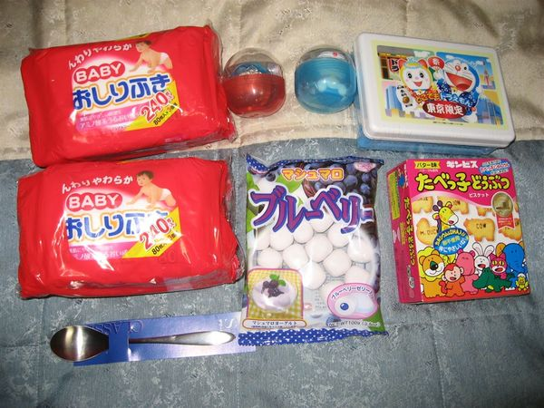 在朝日電視台買的A夢餅乾、扭蛋及百元商店買的點心