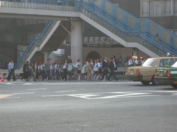 一出明治神宮站,就看到了一群小學生樂隊熱鬧的帶著他們的音樂經過
