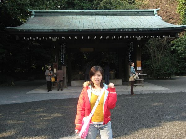 我和老公沒想到有這麼一大段路要走,而且我一路覺得日本人都在看我~ 到底是怎麼了呢?