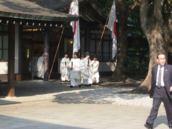 祭典好像要開始了,有穿著日式古服的人走出來