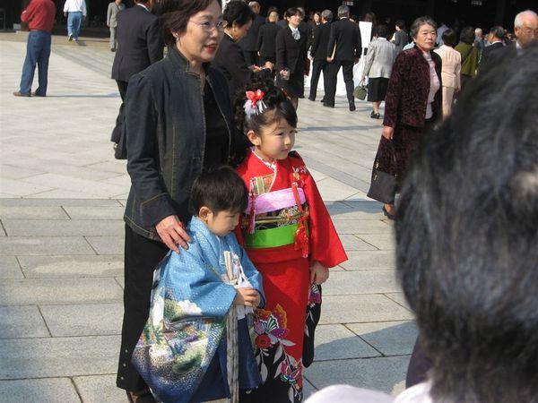 看~每個人都盛裝打扮,尤其是小孩子(除了我們這些外國人)