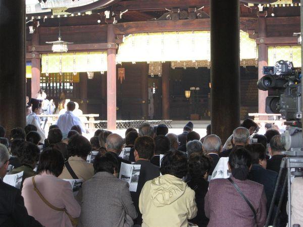 裏面坐滿了很認真參加祭典的人,非常的莊嚴神聖