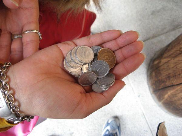 在日本買東西呢~真的會收到很多的角分之類的零錢(因為所有的東西還要再外加稅)