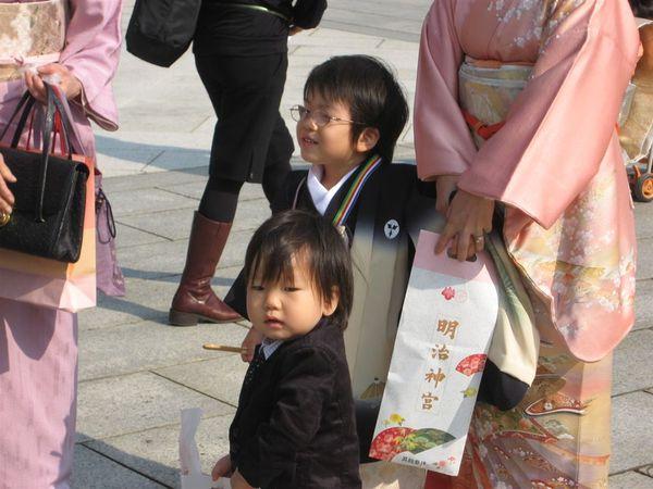 這是今天在明治神宮隨處可見穿著正式和服的小朋友