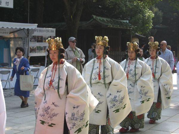 穿著日式古服的人又出來了~~ 很盛大的祭典喔~