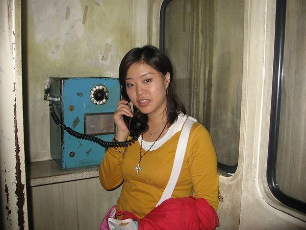 二樓則是一圈比較古味的日式街景,這個舊電話也是