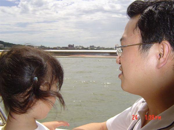 爸比:『我們在坐船啦~現在要開往八里喔~ 你看旁邊都是海喔~』