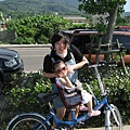 媽咪不會載我騎好快好快,爸比比較厲害~~